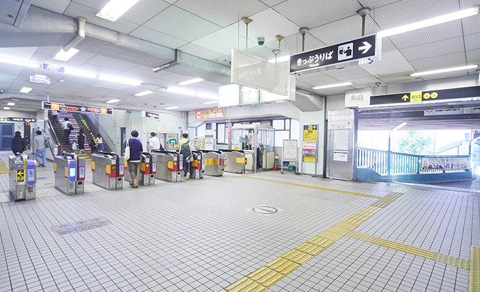 地下鉄御堂筋線「江坂」駅、北出口の改札を出て左へ