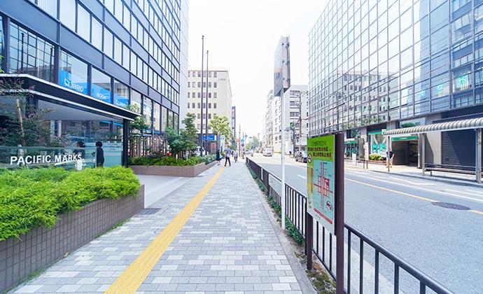 駅ビルの中を通って右(北)側からビルを出てください